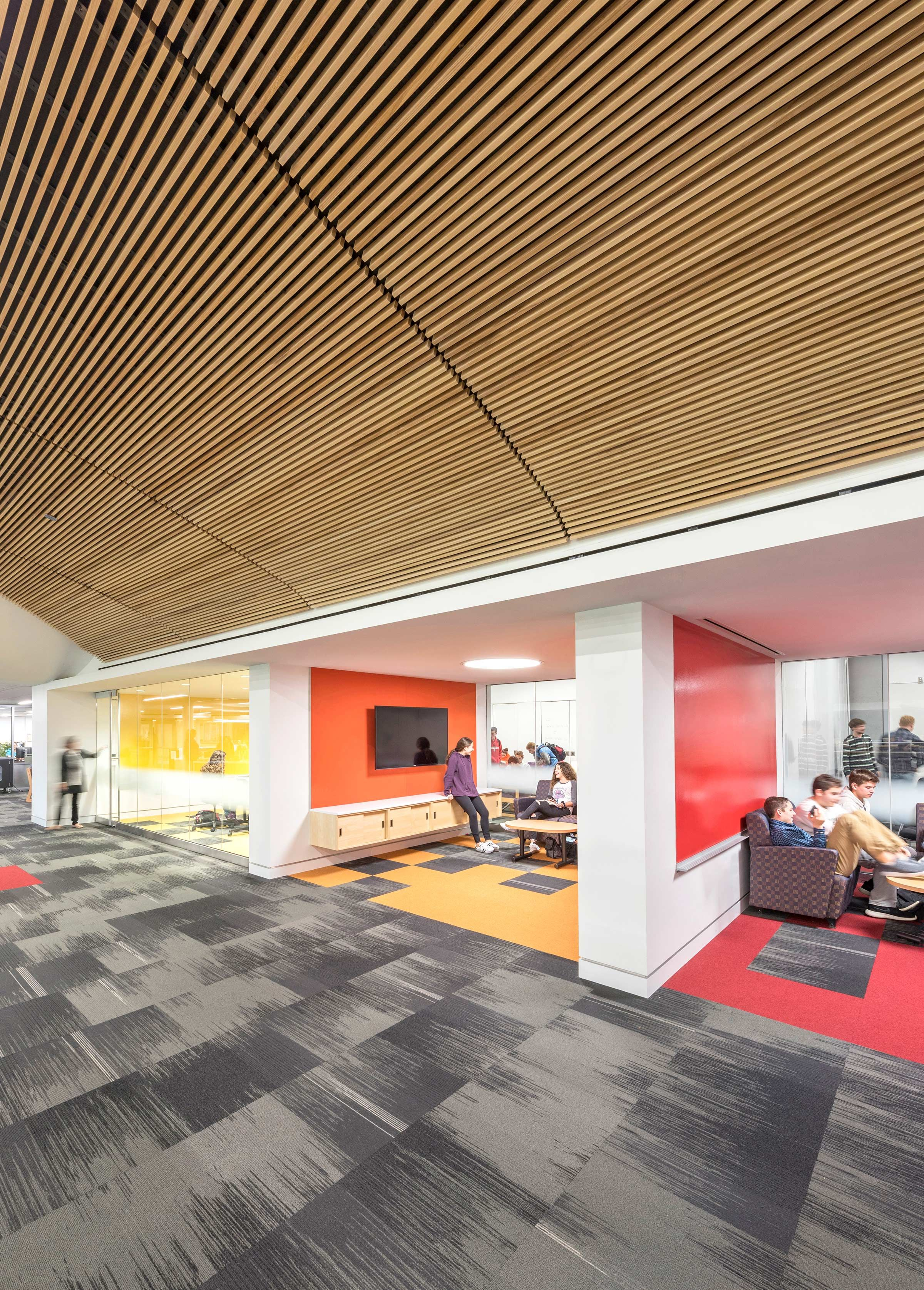 By removing a wall from breakout spaces, Deerfield High School, a public school in suburban Deerfield, Illinois, puts learning on display and makes it easier for teachers to supervise students working independently or in groups.